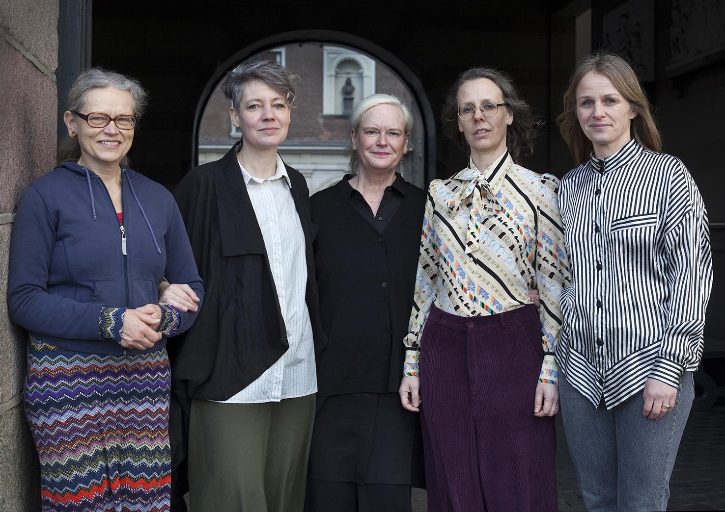 Fra venstre ses: Aase Eg Jørgensen, Anne Haaning, Ingela Skytte, og kunstnerduoen billedkunstnerne Sofie Hesselholdt og Vibeke Mejlvang. Foto: Steen Møller Rasmussen.