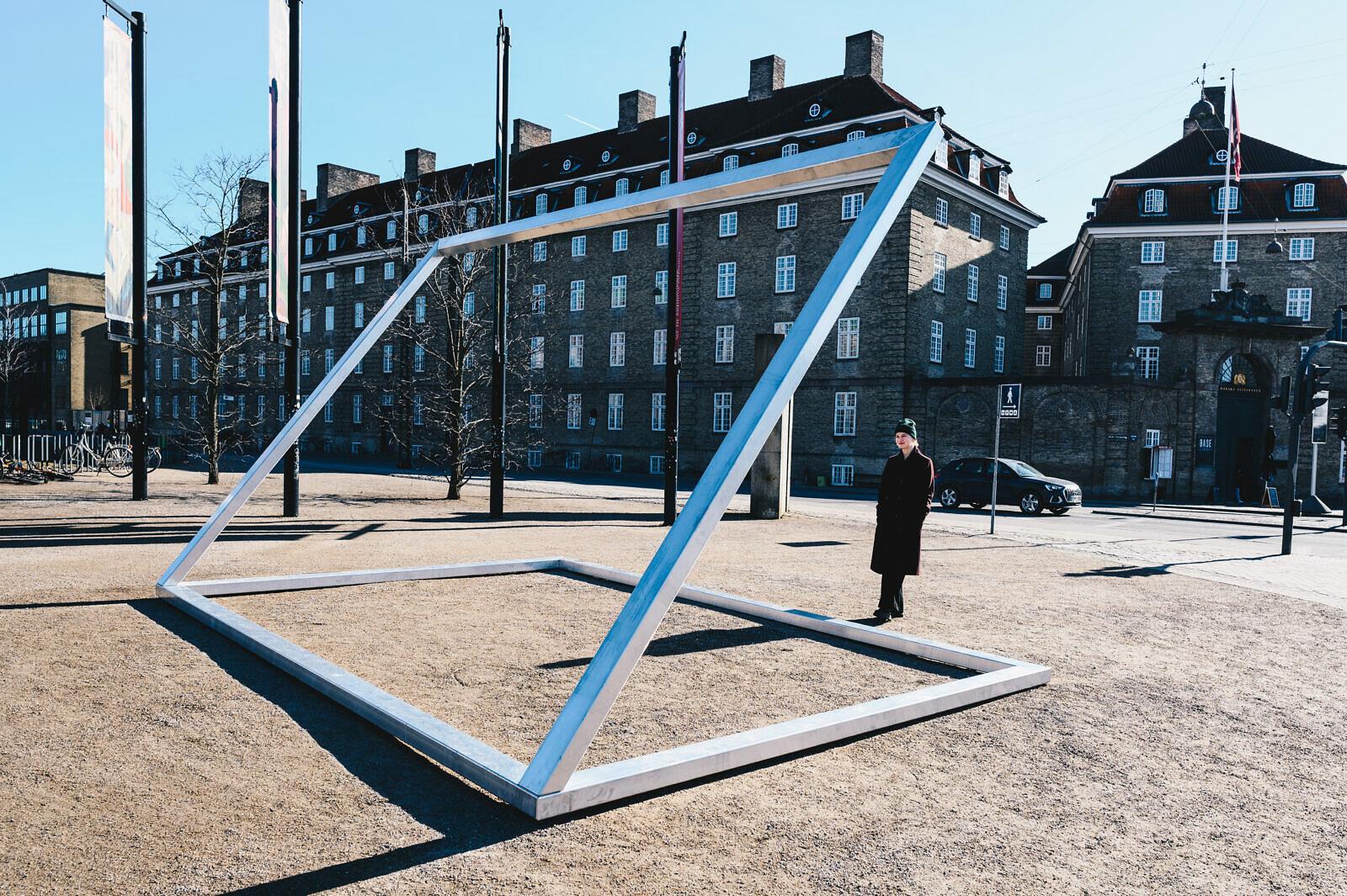 Pludselig var der skærme overalt. Benedikte Bjerre (f. 1987) har skabt omridset af en gigantisk bærbar computer. Foto: Benedikte Bjerre, Eee-O-Eleven, 2021.