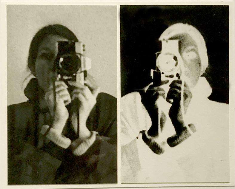 Et lille billede på udstillingen repræsenterer selve indbegrebet af den oprindelige fotografering – fotografen, kameraet, negativet og positivet.
